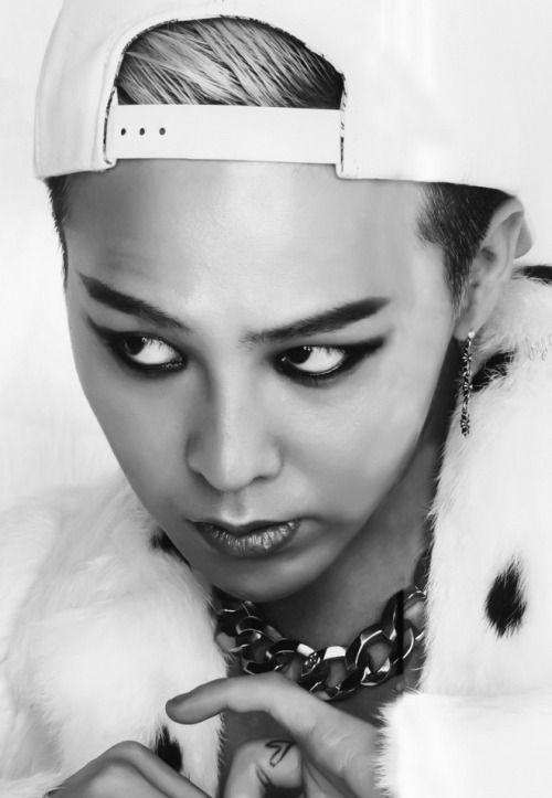 cette photo de G-Dragon est censé être belle non? Parce que un moment donner il faut arrêter de confondre la beauté et la mocheté. (je le trouve beau mais pas sur cette photo):D