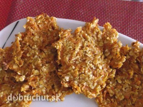 4 lžíce ovesných vloček (i víc),1 lžíce medu, nastrouhaná mrkev + jablko, skořice. 12 ks sušenek pečeme 20 min na 180 °C.