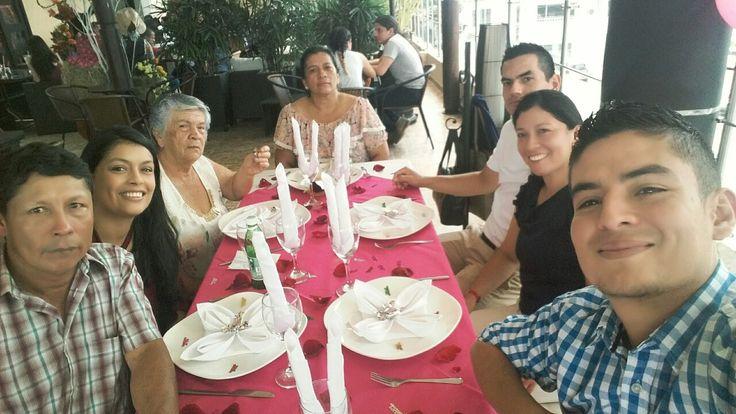 Parte de mi familia celebrando el cumpleaños a mi madre esto es FELICIDAD 😊