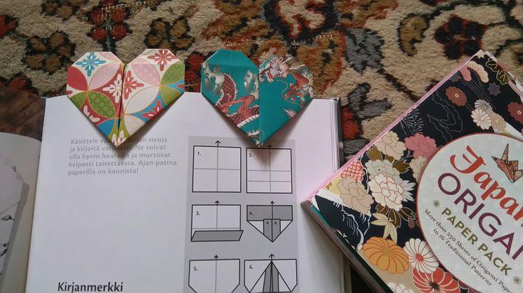 Kirjanmerkkejä paperista taittelemalla Tiina Rinteen Valo leikkii paperilla -kirjan ohjeiden mukaan.