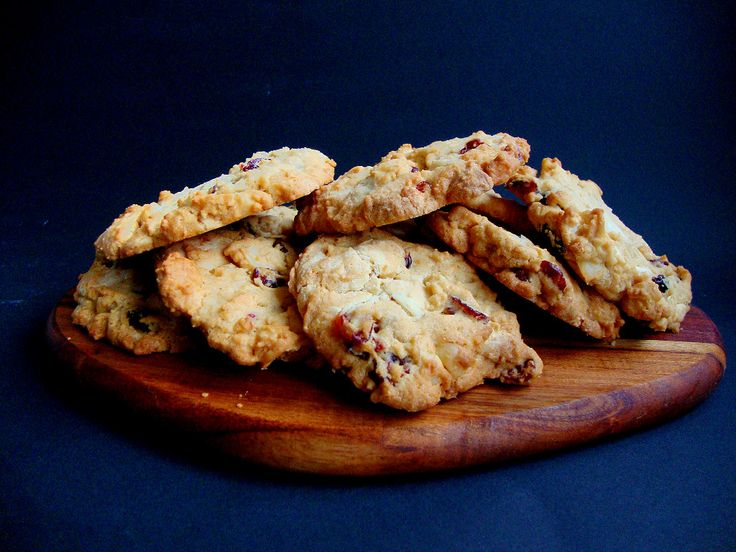 Cookies with white chocolate, macadamia nuts and dried cranberries. This is such a lovely recipe and very easy to make! These cookies will provide for a lovely gift.