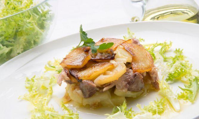 Montadito de codillo y patatas panadera con ensalada. #receta #karlosarguiñano