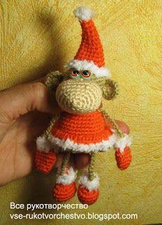 Новогодняя обезьянка в костюме Санта Калуса