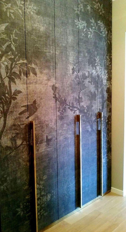 Guardaroba Ingresso rivestimento con carta da parati e maniglie su disegno in ottone. Progetto arch. Piera Morseletto