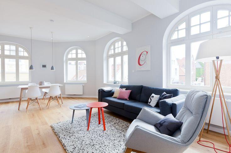 """Die unter Denkmalschutz stehende """"Soltau'sche Buchdruckerei"""" wurde 2015 aufwendig kernsaniert. Nun beherbergt sie Ihre luxuriöse Ferienwohnung im ersten Obergeschoss. Freuen Sie sich auf einen erholsamen Urlaub in diesem tollen Ambiente. Auf 85 m² verteilen sich ein großzügiger Wohnraum mit Küche, zwei separate Schlafzimmer mit Doppelbett, ein großes Bad mit Infrarotsauna sowie ein weiteres Duschbad. Mit einem Glas Wein können Sie den Tag auf dem möblierten Balkon ausklingen las..."""