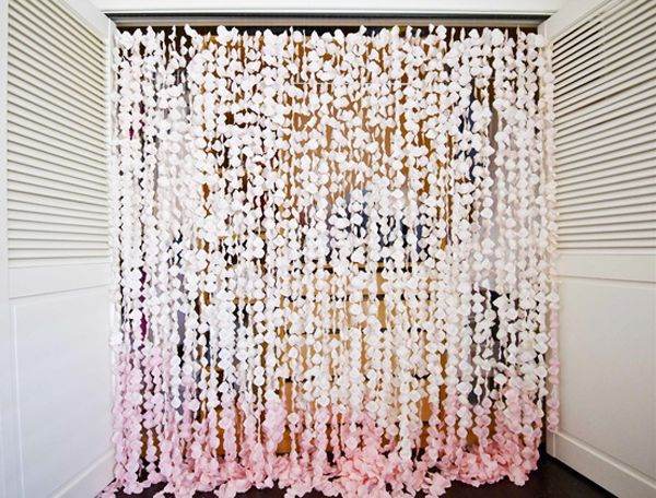 This backdrop is made from over 8000 fake rose petals. We think the result is amazing and would be perfect for a romantic beach wedding.
