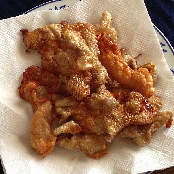 鶏皮せんべい  材料 鶏皮適宜 塩少々 ローズマリー、バジルなどのハーブ お好みで 作り方 1, オーブンを240~250度(約470F)に予熱 2, アルミホイル(立てる)を敷いた天板に鶏皮を並べます。 4, 塩を振ります。 鶏皮せんべいとしてそのまま食べる場合は少しきつめに振ると美味しいです。 調理する場合は下味として軽く振ってください。  鶏皮の臭みが気になる方は、ここでごま油やオリーブオイルを軽くまわしかけると臭みが緩和されます。  5, 20~25分焼きます。 加熱時間は、15分位から様子を見てお好みで加減してください。 20分以上焼くと、かなりカリカリになります。 ※鶏皮を焼くときに、じゃがいもやきのこを一緒に焼くと、鶏の旨みを吸って美味しくできます。