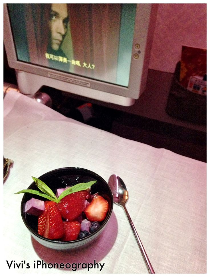 Fresh healthy dessert on board Garuda Indonesia. Copyrights Vivi Kembang Tanjoeng.
