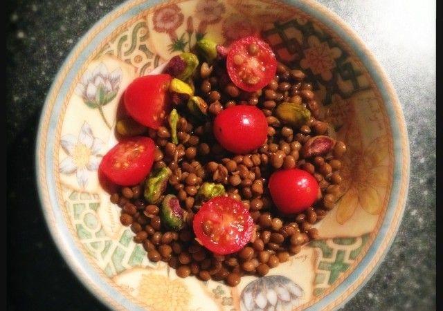 Salade met linzen, tomaat en pistachenoten - Francesca Kookt