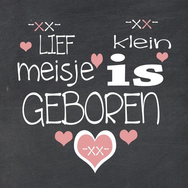 Helemaal hippe geboortekaart voor een meisje. Op een afbeelding van krijtbord, staat in hartvorm een tekst geschreven met wit en roze accenten.