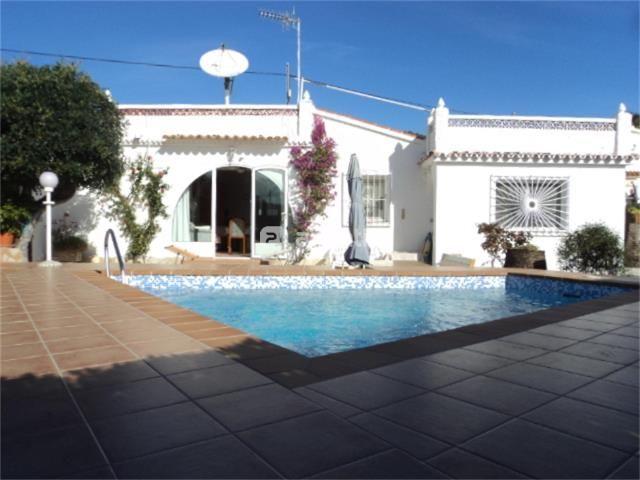 Chalet de una planta, con piscina, 100 m2 y 500 m2 de parcela. Tiene 3 habitaciones y 2 baños, cocina independiente, salón con chimenea, terraza de 60 m2, garaje y trastero. Calefacción a gas. Ventanas de PVC. Orientación sur. A 1 km. de la playa.REF: C920Precio: 160,000 Euros