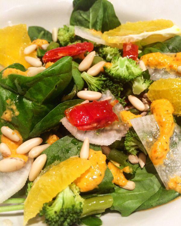 Insalata di spinaci novelli, daikon, arance, pomodori secchi