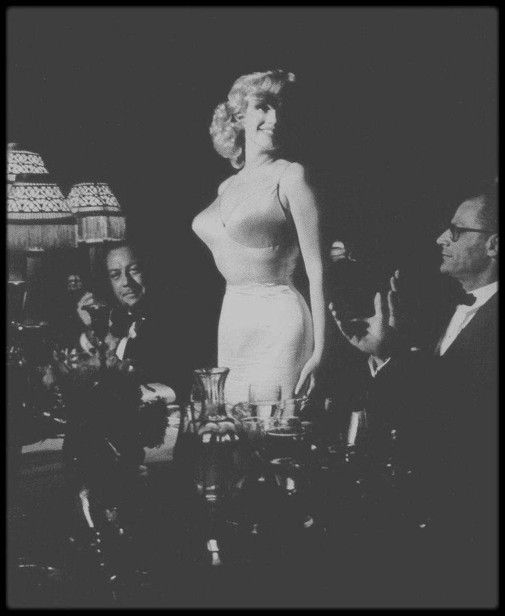 """13 Juin 1957 / Marilyn aux côtés de MILLER, arrive au """"Radio City Music Hall"""" de New York, afin d'assister à la Première de """"The Prince and the showgirl""""."""