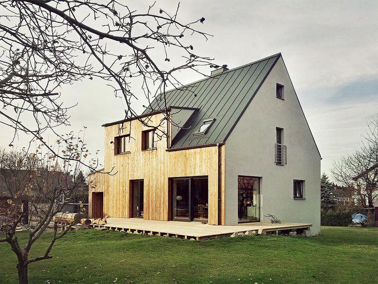 Rekonstrukce rodinného domu z 50. let. Facelift spočívá ve zjednodušení hmoty domu a jejím lepším osazení na terénu.Hlavní jižní fasáda je srovnána do roviny a obložena modřínovými prkny, opticky tak vytváří dojem seřízlé plochy. Z jižní a východní strany je terén vyvýšen na úroveň 1.np a umo...