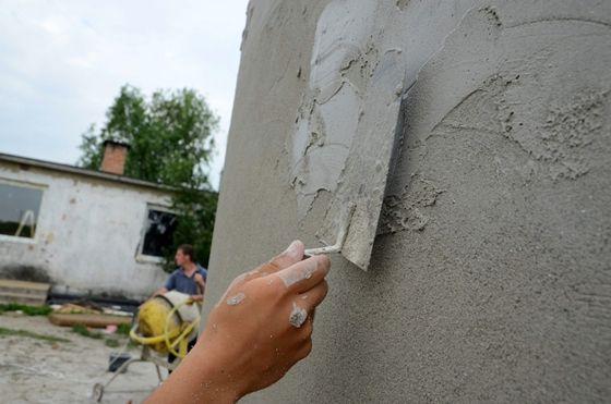 Engedélyezés előtt áll a Lasselsberger-Knauf legújabb fejlesztése, amelynek segítségével kánikulák idején klímaberendezés használata nélkül is 26 °C alatt lehet tartani az épületek belső hőmérsékletét. A rendkívül nagy hőelnyelő képességű vakolatot az idén négy budapesti lakásban tesztelék - a magyar fejlesztés jövőre forgalomba is kerül.