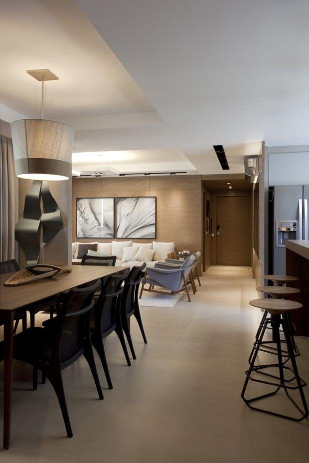 Revestimentos amadeirados trazem aconchego ao apartamento, piso cimento queimado, estar e jantar integrados