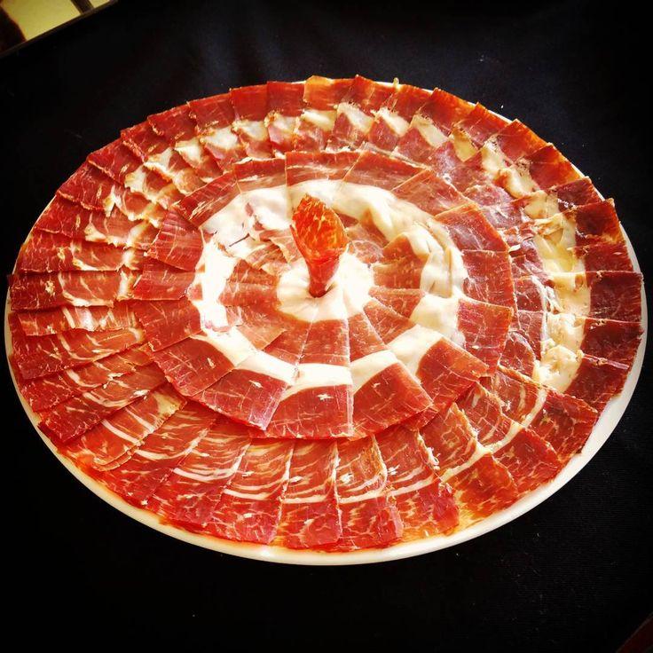 Te gusta? Apuntate a nuestras #masterclass y haz platos como este!  www.corteacuchillo.com  #jamon #jamoniberico #ham #formacion #curso #art #artpic #foodart #artfood #foodlovers #foodpic #foodie #instafoodie #arte #corteacuchillo #madrid #igersmadrid #spain #marcaespaña #jamonlovers #cortadordejamonunaprofesion #foodporn #picoftheday #yummy #delicious #gourmet