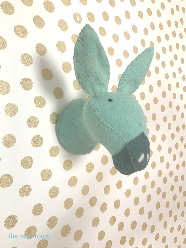 Trofeo de pared burrito verde mint en la habitación de Martina by the nice room