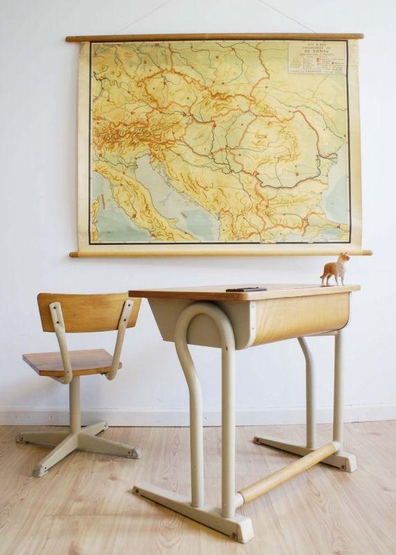Cool vintage hout/metalen bureau met schoolstoel. Industriële lessenaar met…