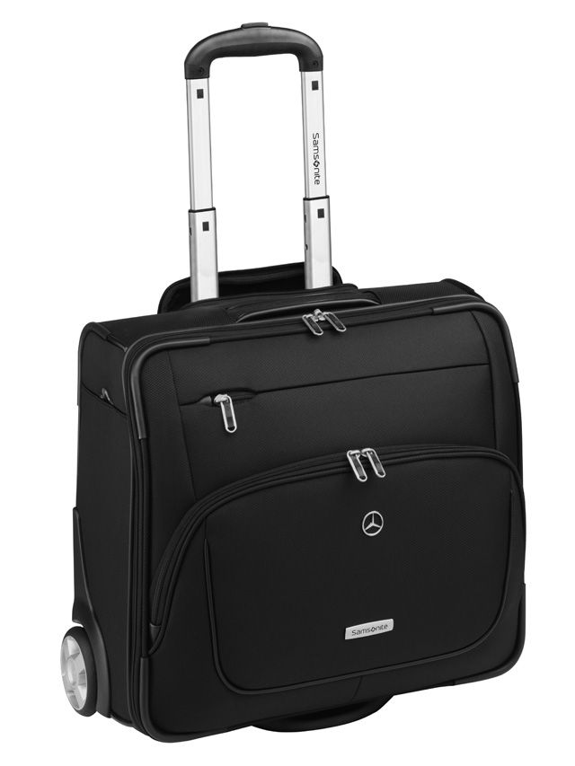 Samsonite X-Pression Rolling Tote pilot suitcase. Black. Nylon. Upright wheels. 2 front pockets. Large main compartment with laptop compartment (up to approx. 41.7 cm/16.4 inches). Cabin ready dimensions. Silver-coloured star logo on front. Samsonite badge on front. Size: approx. 45 x 40 x 21 cm. By Samsonite for Mercedes-Benz.