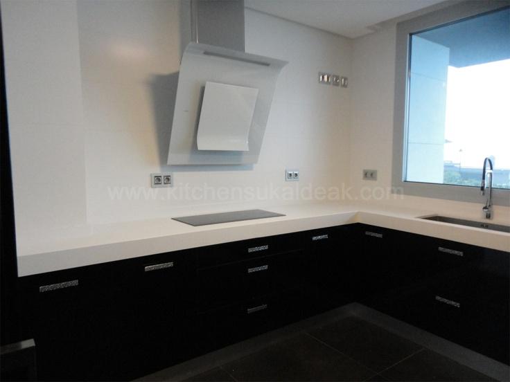 http://www.kitchensukaldeak.com/proyectos.html#  Laminado Negro alto brillo 3D, encimera Compac Absolut Blanc #fábrica de cocinas