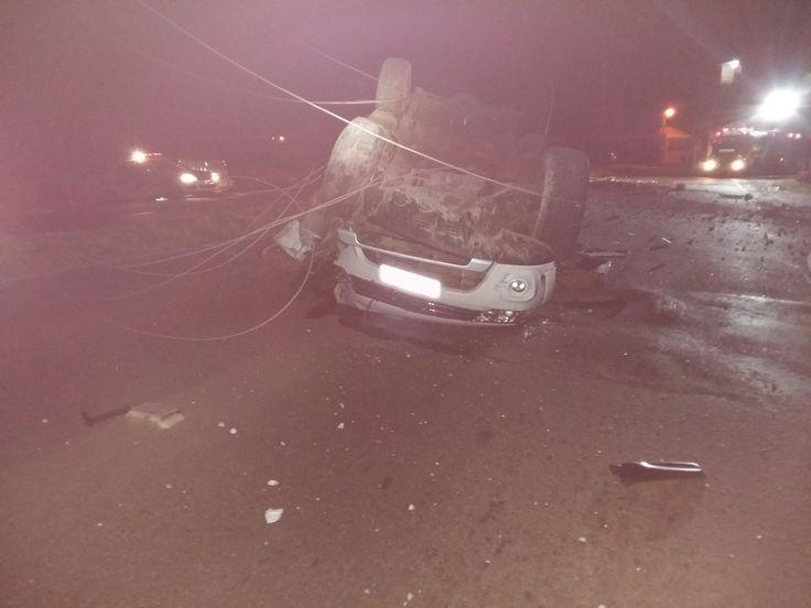 Um veículo ocupado por jovens colidiu contra um poste de iluminação pública na madrugada deste domingo (30), por volta da 1h30min. O acidente foi na Willy Barth, em São Miguel do Oeste (SC).Segun