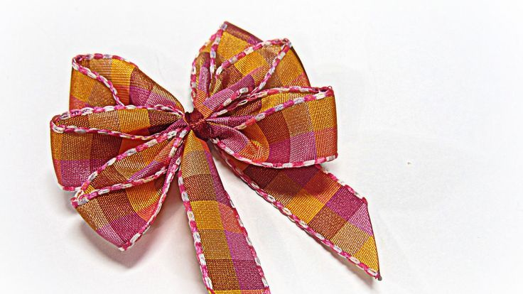 Perfect bows (easy). Lazos perfectos. - Sounds like she is speaking Spanish but the visuals are so good you could easily do this.