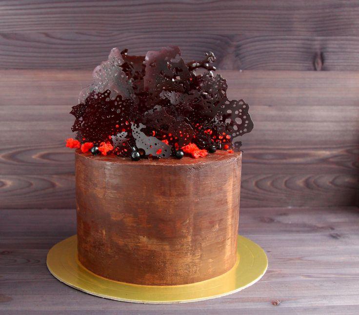 Бисквитный торт: сочный морковный бисквит с грецким орехом, сливочная карамель, нежный сырный крем с семенами ванили. Покрыт кремом на основе кремчиза. Декор из темперированного шоколада. Автор instagram.com/nechaeva.an