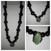 Aventurine+gemstone+is+the+centre+piece,+surrounded+by+a+clay+placement+and+wood+beads.