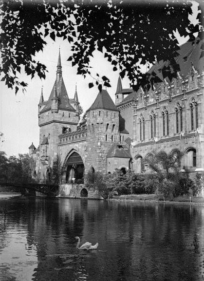 1917. jún. 25. A Városligeti-tó a Vajdahunyad vára épületegyüttesével, André Kertész felvétele