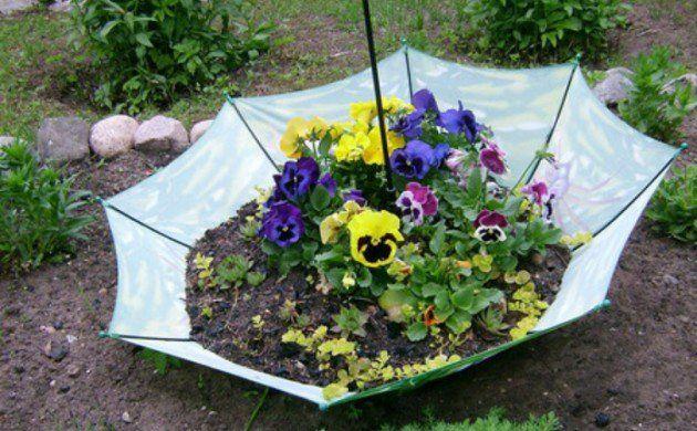 gartenideen regenschirm pflanzenbehälter blumen