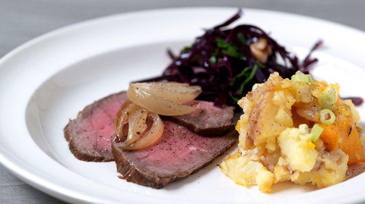 Roastbeef med syltede løg, rødkålssalat og grov mos af græskar og kartofler