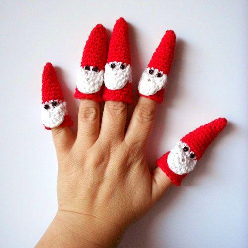 Free crochet pattern for Santa finger puppets