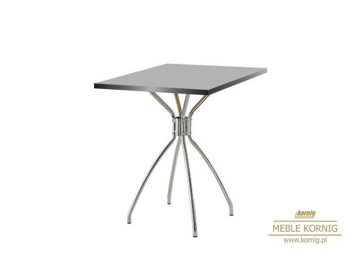 Na metalowym stelażu kawiarniany stolik