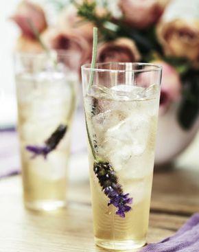 Lavendel Ice Tea  1 liter + 30 ml kokend water  earl grey thee  gedroogde lavendel  25 gram suiker    Zet lavendelthee van 1 liter kokend water. Laat 10 minuten trekken. Zeef het mengsel en laat afkoelen.     Los de suiker op in 30 ml. kokend water.    Voeg de suikersiroop aan de thee toe en serveer koud.