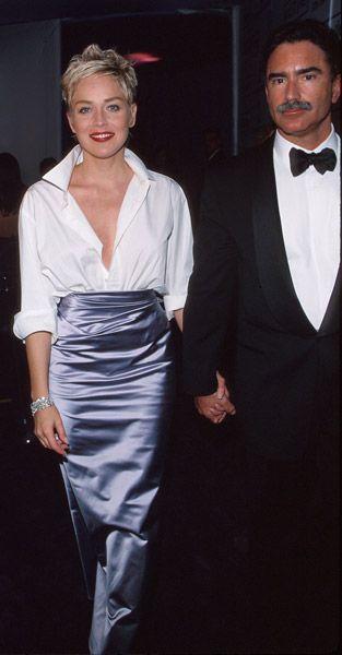 1998 Sharon Stone  con il marito Phil Bronstein. La star indossava una gonna Vera Wang e una camicia Gap: il loww cost entra ufficialmente s...