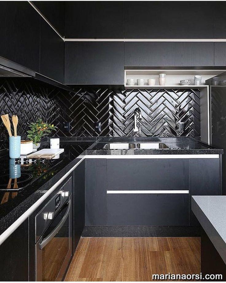 Cozinha total black com azulejos de metrô, projeto de Elen Saravalli