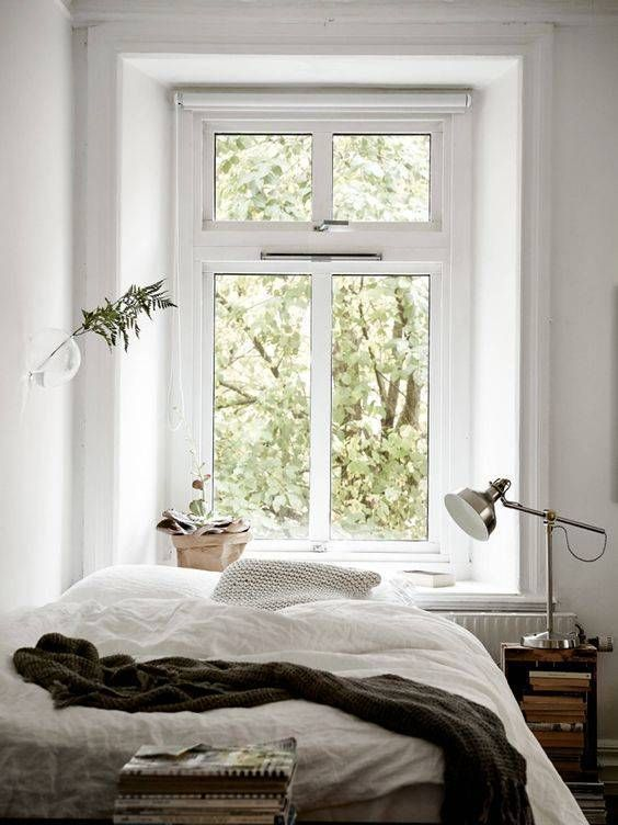 Gemütliches Bett direkt unterm Fenster.