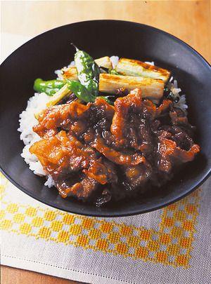 北海道の名物丼の登場。柔らかい豚肉を、しっかり味のたれによくからめながら炒めます。
