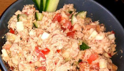 Tonijnsalade •VIS •0-10 MIN. •GEPLAATST OP 07-07-2016 INGREDIENTEN8 PERSONEN  2 blikjes tonijn 1-1,5 zoete appel (in kleine blokjes) Halve komkommer (in kleine blokjes) 2 tomaten (in kleine blokjes) 1-2el mayonaise 1-2el Griekse yoghurt Snufje zout  Ruim zwarte peper   TAGS  tonijn, Tonijn uit blik, salade, borrelhapje, lunch, broodje  Tonijnsalade  Tonijnsalade
