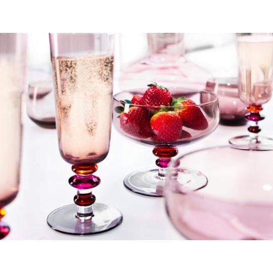 Zestaw kieliszków do szampana Spectra został wykonany ręcznie ze szkła barwionego na różowo. Na nóżce umieszczono charakterystyczne kolorowe koraliki, które dodają całości stylu i lekkości.