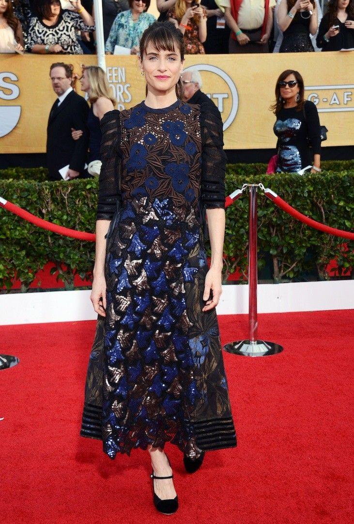 Amanda Peet con un vestido de escote cerrado con bordados y falda de paillettes en varios tonos de Marc Jabobs