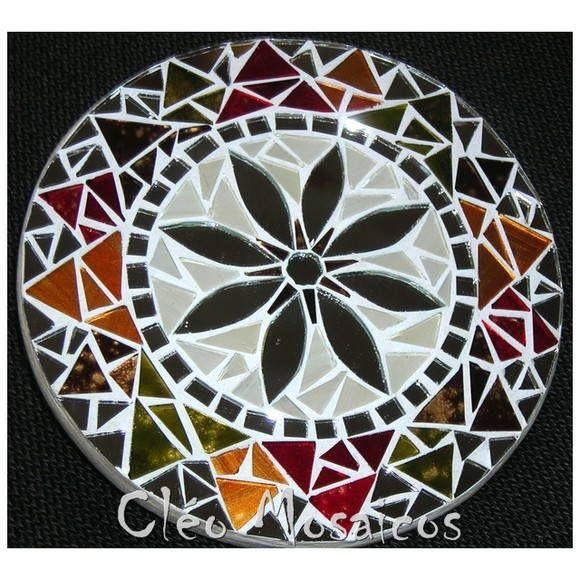 Mandala para Decoração de Paredes.  Trabalho realizado em Mosaico de Vidro e Espelhos. Base em MDF. Possui triângulo atrás para fixação.  Obs.: Produto para uso em Ambiente Interno. Não expor ao calor e á umidade.