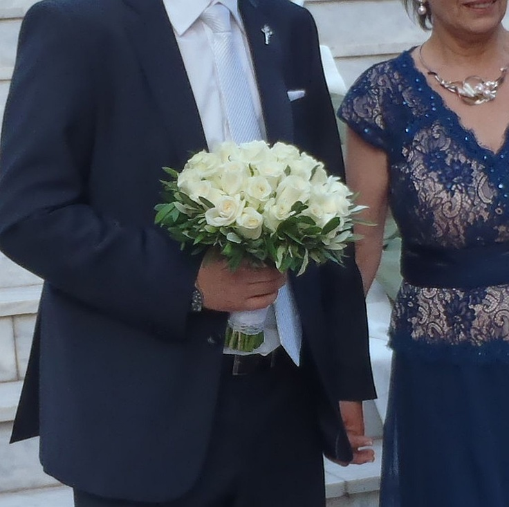 Κλασσική ανθοδέσμη γάμου με ελιά περιμετρικά και στο κέντρο λευκά τριαντάφυλλα μας δίνουν ένα τέλειο και αρμονικό αποτέλεσμα για τους λάτρεις του λιτού ''Βίου''.