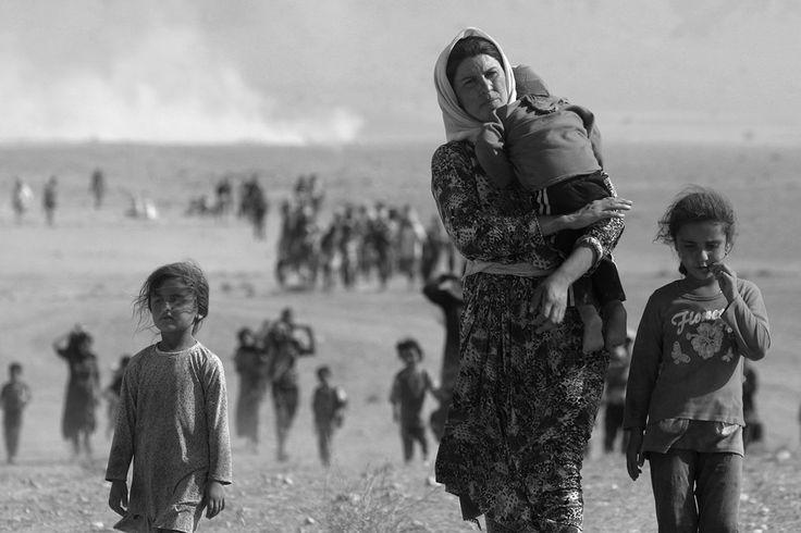 População da minoria Yazidi foge de ataques do Estado Islâmico, em direção à fronteira da Síria.   © STRINGER/Reuters/Corbis