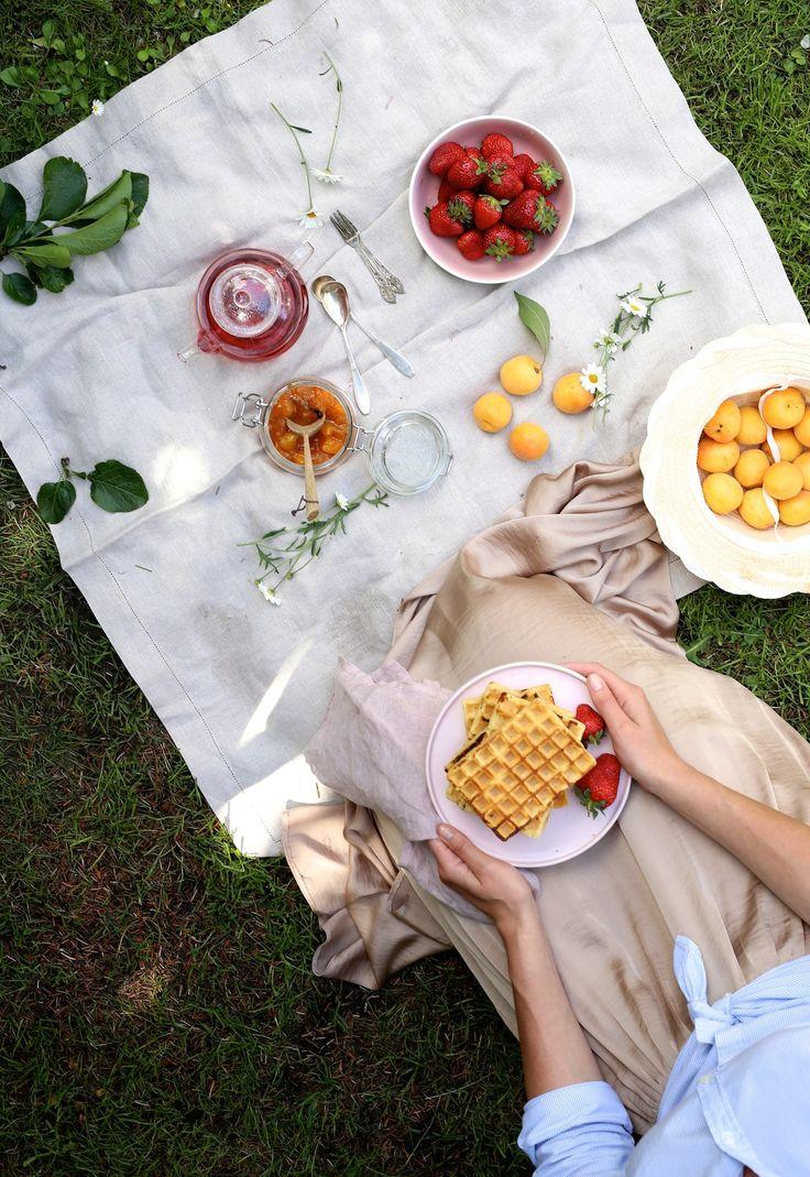 Uwielbiam celebrować śniadania! Szczególnie te które wypadają w weekendy. Nikt się spieszy – każdy w swoim tempie. Bez telewizji, telefonów i zbędnych bodźców. O tej porze roku najwięcej radości sprawiają nam te spożywane bezpośrednio na trawie. Z imbryczkiemmalinowej herbaty, jeszcze ciepłą konfiturą i wieżą chrupiących gofrów. Tak mogę zacząć sobotę! Dzień dobry wszystkim :* Skład: …