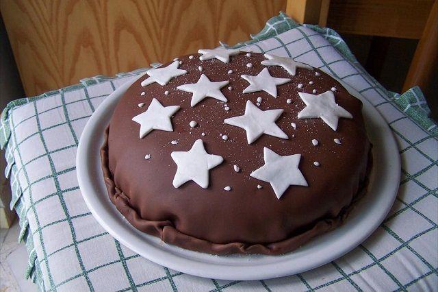 550gr di Pan di stelle, 1 barattolo grande nutella, 500 ml panna, 500 ml latte, 3-4 cucchiai di cacao amaro in polvere, pasta di zucchero bianca per fare le stelle
