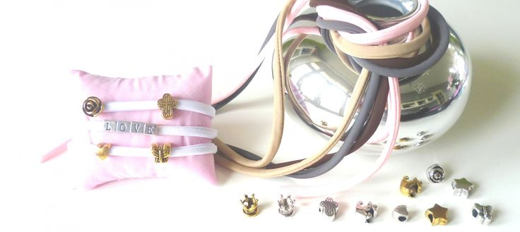 Leuke armbandjes met alfabeth en symbool kralen! Christelijke sieraden van Adája