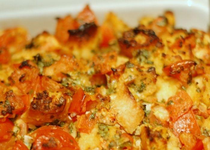 Le patate raganate si realizzano cuocendo le patate affettate al forno dopo averle condite con pecorino grattugiato ed altri gustosi ingredienti. Scopriamo gli step per preparare questo contorno.
