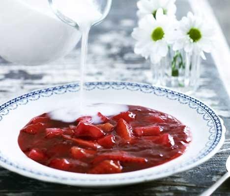 Rødgrød med jordbær og rabarber
